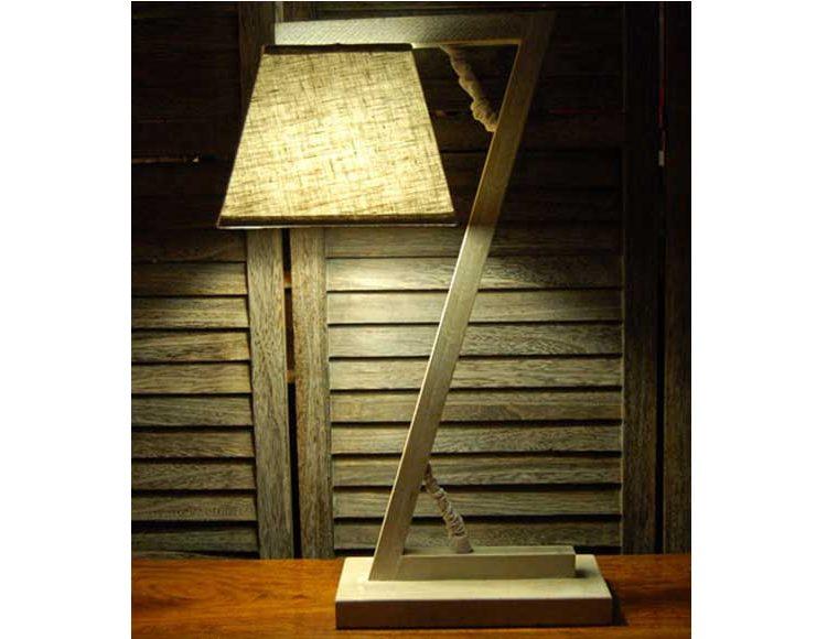 lampara-sobremesa-pie-madera-forma-zeta