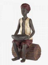 figura-niño-hindu-sentado-tronco