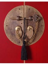 recibidor-oriental-rojo-puertas-cajones-medallon