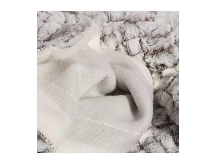 manta-sofa-pequeña-blanca-gris-detalle