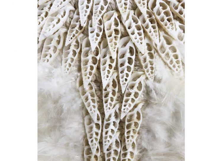 collar-decoracion-alto-blanco-plumas-caracolas-detalle