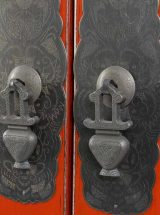 armario-oriental-rojo-medallon-metal-tiradores