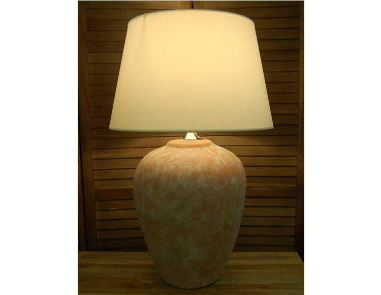 lampara-sobremesa-terracota-anfora-alta-encendida