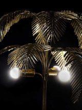 lampara-suelo-palmera-metal-dorada-encendida