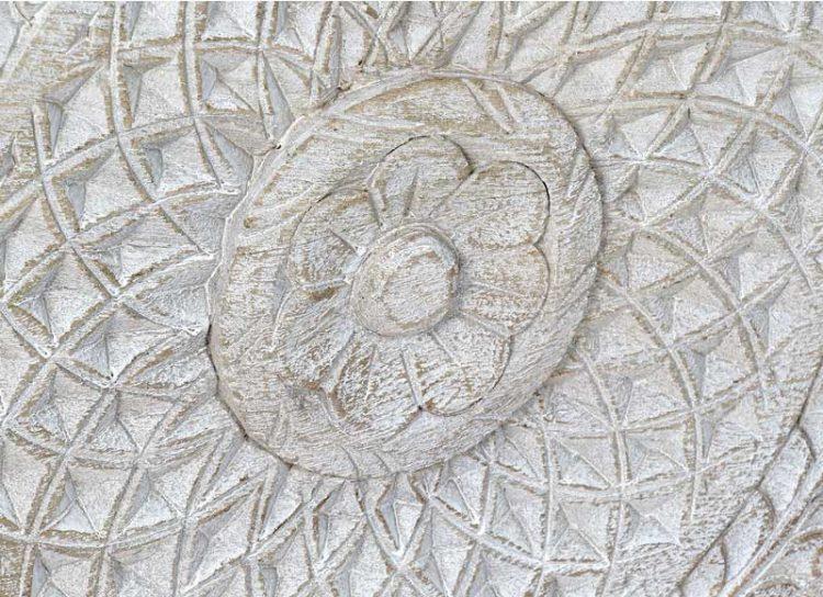 baul-blanco-envejecido-mandala-patas-detalle