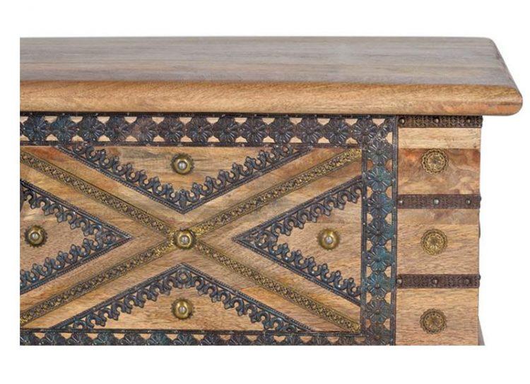 baul-madera-natural-dibujo-cruz-detalle