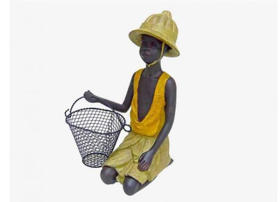 figura-niño-africano-cesta-metal-de-rodillas